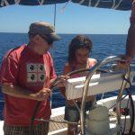 Chica navegando en las colonias.